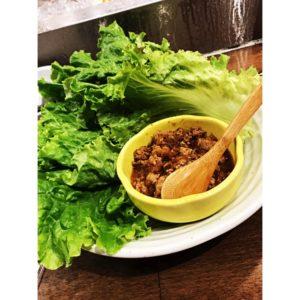 レタスの辛肉味噌のせ