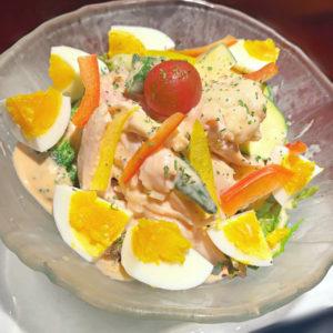 半熟卵と夏野菜とチキンのごろっとサラダ